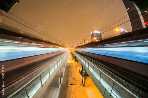 Nocny pociąg w ruchu rozmycie