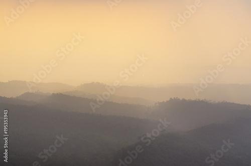 Warstwa górska i złote światło w porannej mgle zimowej