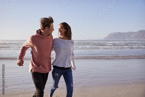 Para Ma zabawę Biega Wzdłuż zimy plaży Wpólnie