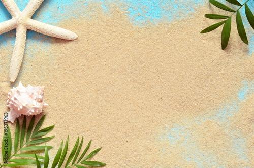 Letnia plaża. Rozgwiazdy i muszla na piasku.