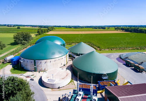 Biogas roślina od ptasiego oka, widok z lotu ptaka