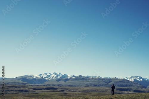 Fotobehang Blauwe jeans Senderista disfrutando de las vistas de las montañas en Nueva Zelanda.