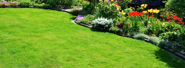 Rasenfläche im Garten Panorama