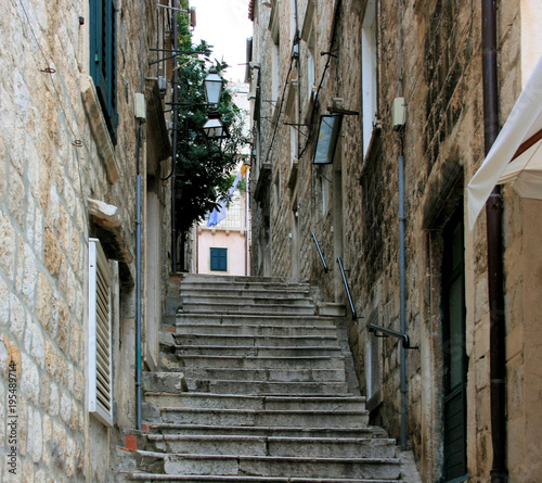 In de dag Smal steegje stairs in the old town of Dubrovnik, Croatia