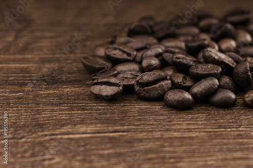 Tuinposter Koffiebonen Texture of coffee beans on a wooden background close-up.