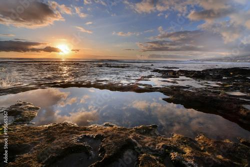 Staande foto Zee zonsondergang The Sun Setting in the Sea