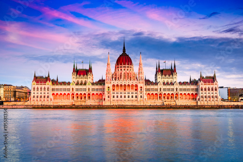 Foto op Aluminium Boedapest Budapest, Hungary - Hungarian Parliament Building and Danube River