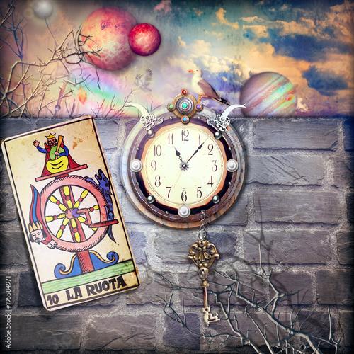 In de dag Imagination Fortuna e destino. Orologio misterioso in un scenario fantastico con chiave e ruota della fortuna dei tarocchi