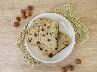 Brot mit Rosinen und Haselnüssen