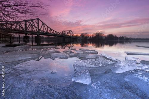 Fotobehang Berlijn Eiszeit an der Glienicker Brücke