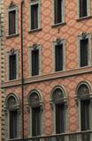 Antico palazzo a Roma con motivi geometrici sulle pareti e alte finestre - 195605106