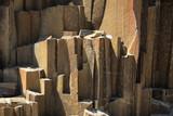 naturalne pionowe bloki skalne - 195614903