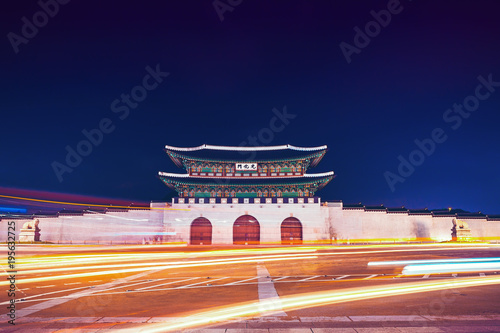 Foto op Canvas Seoel Famous Gwanghwamun gate of Gyeongbokgung Palace in Seoul, South Korea with taillights and headlights of cars in front of it