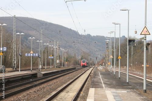 Fotobehang Spoorlijn Bahnhof, Bahnsteig, Zug