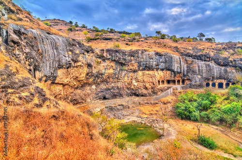 In de dag Oranje eclat Waghora Waterfalls at Ellora Caves in the dry season. India