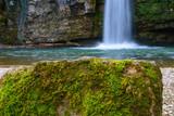 Fels mit moos und Wasserfall im hintergrund