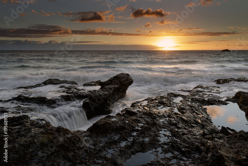 Papiers peints Morning Glory Sunrise over the ocean with water flowing over the rock