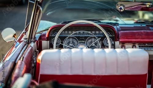 HDR - amerykański czerwony klasyczny samochód na Kubie wnętrza - Serie Kuba reportaż
