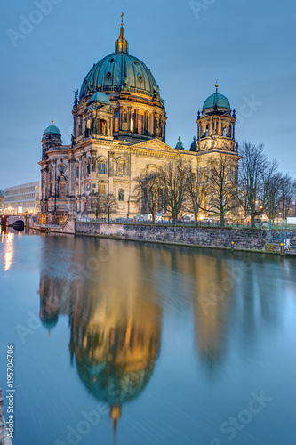 Fotobehang Berlijn The Berlin Cathedral and the river Spree early in the morning