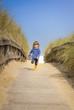 enfant courant sur la plage