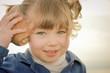 jeune fille écoutant la mer