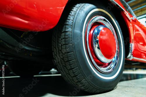 Koło czerwony Retro samochód w garażu w Berlin