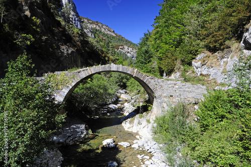 historische Römerbrücke auf dem Jakobsweg in den spanischen Pyrenäen