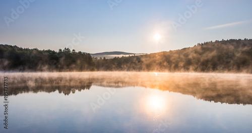 Foto op Aluminium Ochtendgloren Gorgeous sunrise over pond with mountain views panorama