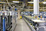 Interieur mit modernen Maschinen in einer Großdruckerei - High Tech Technologie // Interior with modern machinery in a large print shop - High Tech Technology - 195739189