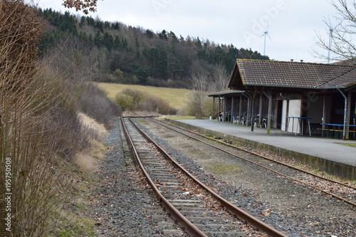Foto op Canvas Spoorlijn einsamer alter Bahnhof