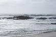 Paysage marin, vague avec de la mousse frappe les rochers