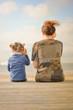 maman et sa fille écoutant la mer