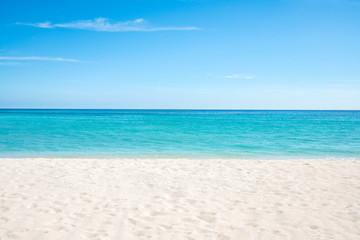 Sommer, Sonne, Strand und Meer auf einer einsamen Insel in den Tropen © eyetronic