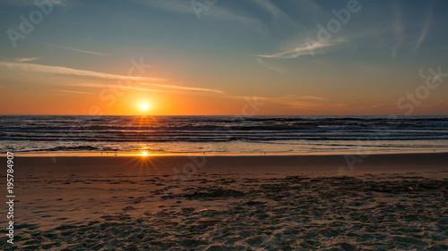 Staande foto Zee zonsondergang Surf Beach Sunburst