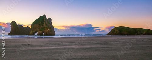 Staande foto Zee zonsondergang wharariki beach