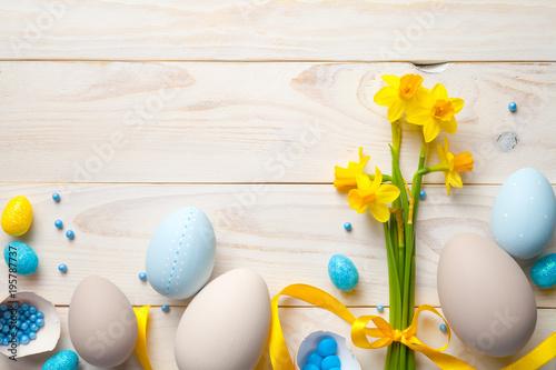 Wielkanocny tło z Wielkanocnymi jajkami i wiosna kwiatami
