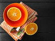 Оранжевый натюрморт с посудой и апельсином.