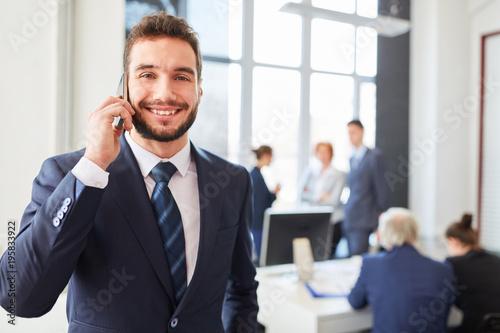 Erfolgreicher Manager mit dem Smartphone