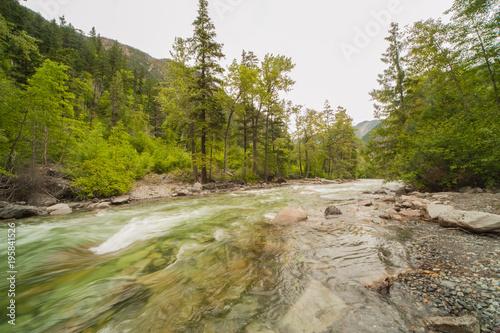 Górskie rzeki, kanadyjski zachód, wyspa Vancouver, lato, zachmurzone niebo, skały w korycie rzeki