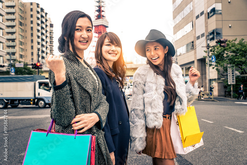 Tuinposter Tokio Women shopping in Tokyo