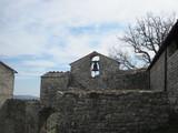 Cappella in pietra con campana albero e cielo - 195872501