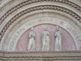 Facciata con arco e statue religiose - 195875385