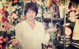 Customer in flower shop - 195879382