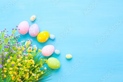 Wielkanocnych jajek dekoracja na drewnianym stole. Widok z góry