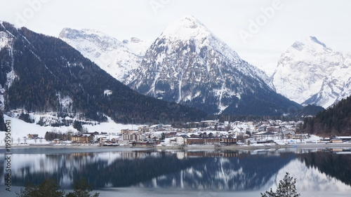 In de dag Wit Achensee mit spiegelnder Wasseroberfläche, Tirol in der Nähe von Schwaz im Winter