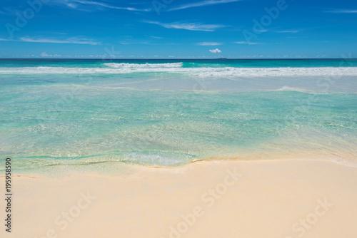 Piękna plaża i tropikalne morze tło.