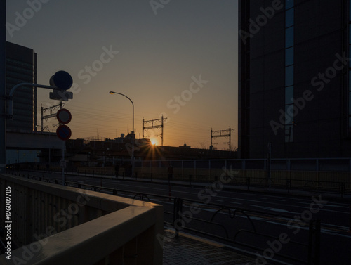 Fotobehang Spoorlijn 夕日と鉄道と道路