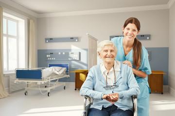 Seniorin im Krankenhaus mit Krankenschwester