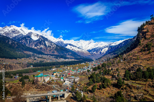 Canvas Donkerblauw View of Manali situated at a height of 6260 feet above sea level,it is one of the most popular, beautiful and awe-inspiring hill stations in India