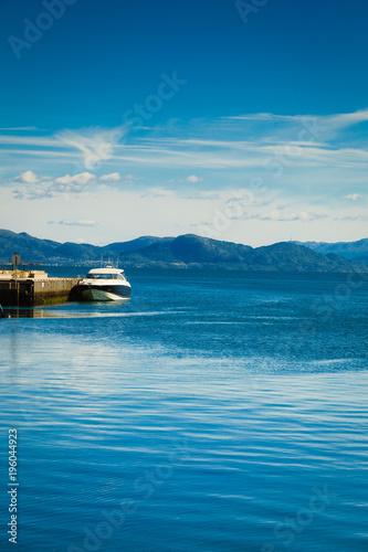 Piękny krajobraz błękitne wody i marina
